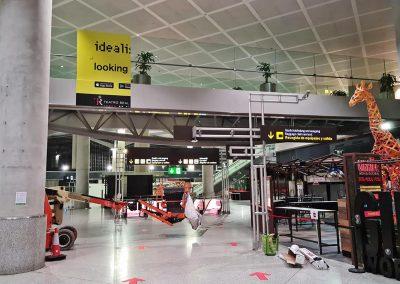 Montaje de gráfica de Idealista en el friso de llegadas del Aeropuerto de Málaga