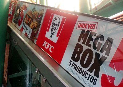 Rotulación de KFC en escaleras mecánicas del C.C. El Ingenio