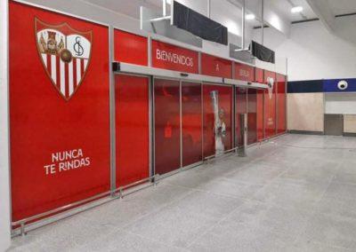 Vinilado de la nueva puerta de llegadas del Aeropuerto de Sevilla